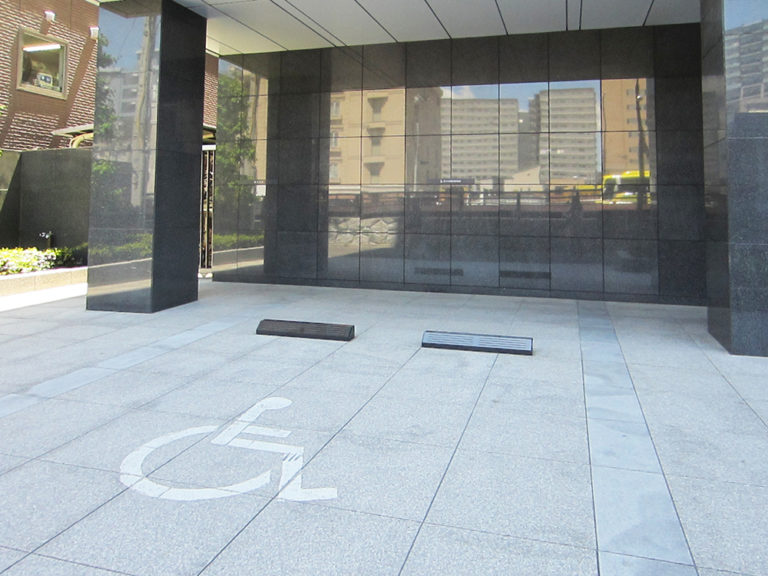 エントランス前駐車スペース